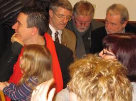 Ungeteilte Aufmerksamkeit während der Ehrung durch (von links) Dennis Busch mit Tochter Aurora, LR Michael Busch, 2. Bgm Joachim Hassel, Herbert Müller (SPD-OV-Vorsitzender Bad Rodach), vorne v.l. Petra Dehler und Dóra Pásztor
