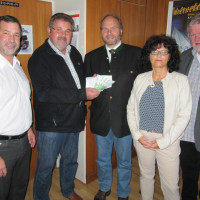 Spendenübergabe im Büro des Bürgermeisters